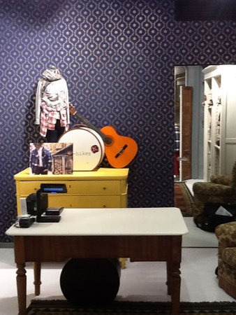 HITCH HIKER H 3 temporary store Milano