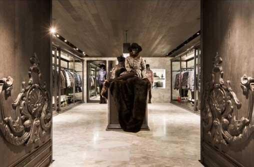 Lo spazio della nuova boutique Moncler a Hong Kong è stato progettato dallo studio parigino Gilles & Boissier