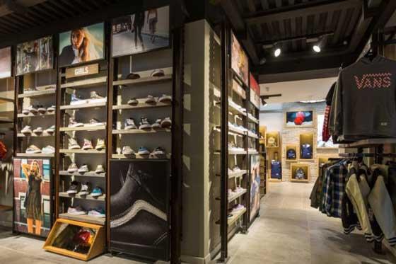 0789525e6f Nuovi flagship store di Eastpak e Vans nel pieno centro di Milano ...