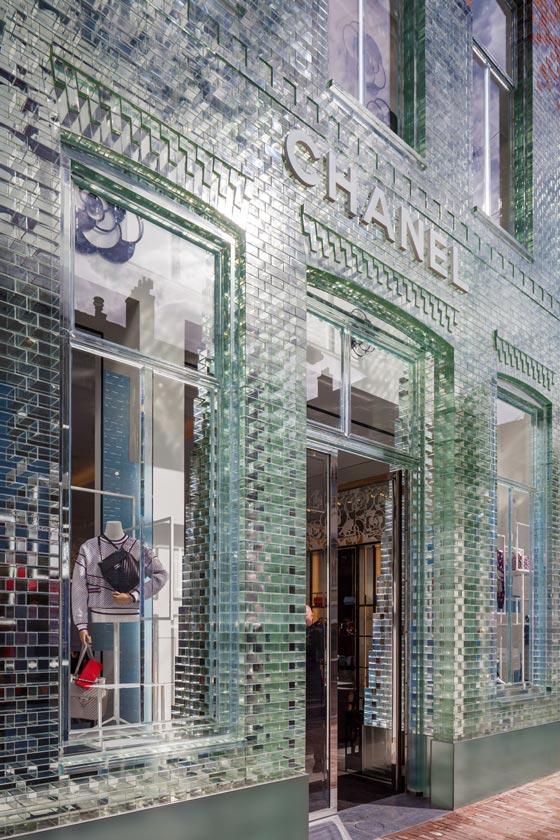 flagship store Chanel Amsterdam facciata mattoni trasparenti